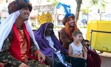 Los Reyes Magos se sacaron fotos con los chicos en Victoria y Virreyes