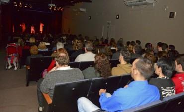 Con risas y música, comenzó la programación de mayo en el Teatro Martinelli