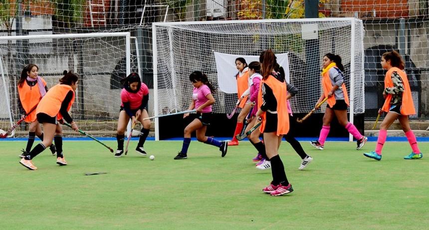 Gran encuentro de la Escuela Municipal de Hockey Femenino en Poli 7