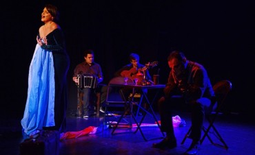 "A sala llena, se presentó 'A que la luna nos llame"" en el Teatro Martinelli"