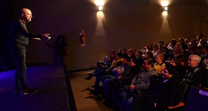 Atilio Veronelli deslumbró con su show de Stand Up en el Teatro Martinelli de San Fernando