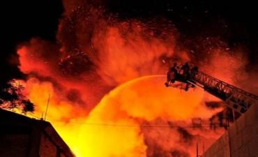 Incendio en dos fábricas de Don Torcuato: más de 200 bomberos para apagar las llamas