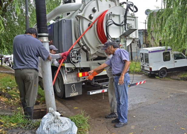 El Municipio realiza tareas preventivas de limpieza de los sumideros de la ciudad