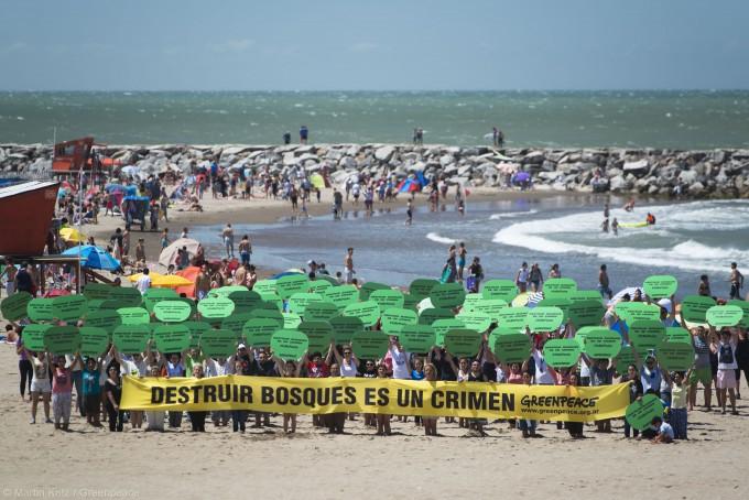 """Greenpeace """"se plantó"""" en Mar del Plata en defensa de los bosques"""