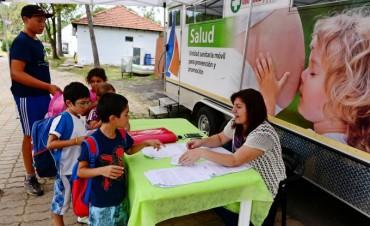 La Unidad Sanitaria Móvil hace controles médicos a los niños en los Polideportivos de San Fernando