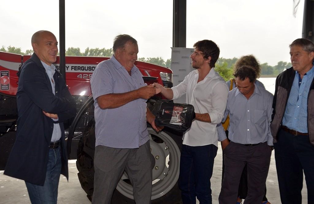 Juan Andreotti entregó un tractor a productores del Delta