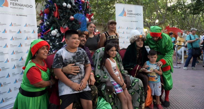 Chicos y familias de San Fernando se tomaron fotos con los Reyes Magos