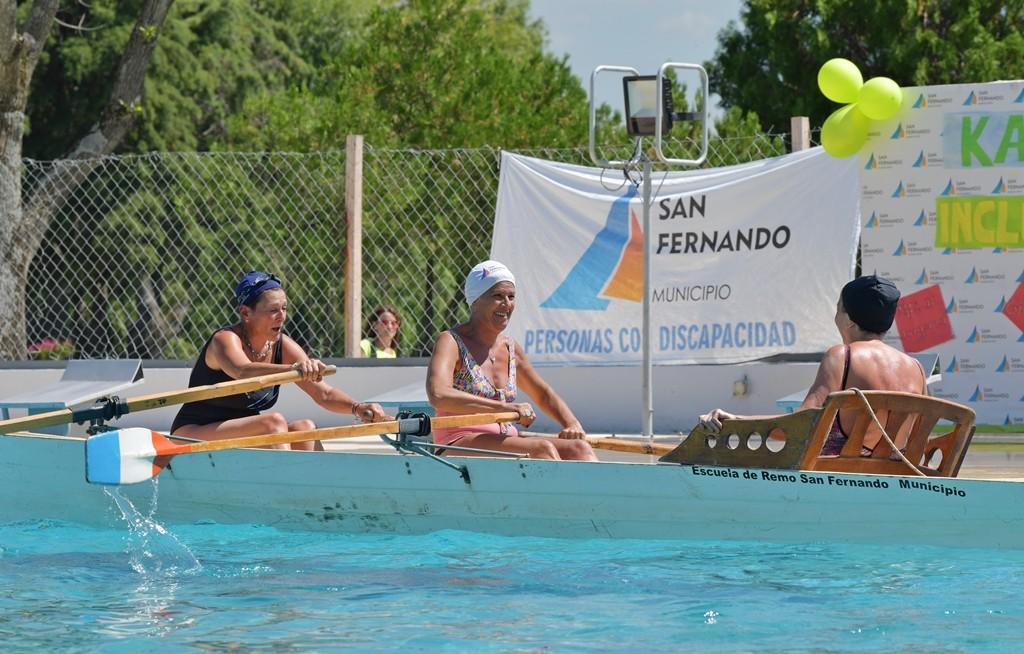 Adultos y chicos compartieron una jornada de kayak inclusivo en el Poli Nº 3