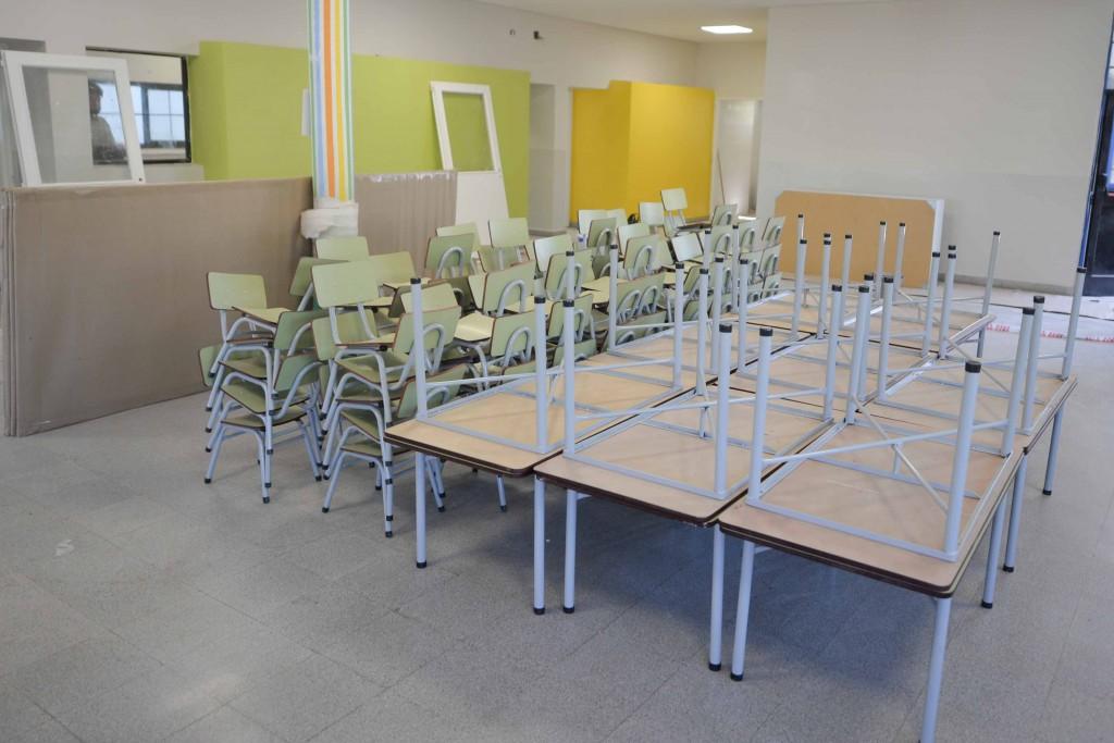 San Fernando entregó nuevo mobiliario escolar para las escuelas que está renovando