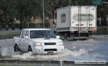 El desborde de un arroyo inundó la Panamericana a la altura de Pacheco