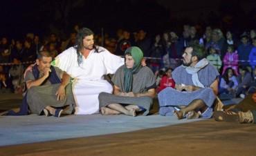 Cientos de sanfernandinos compartieron el Vía Crucis en la Plaza Carlos Gardel
