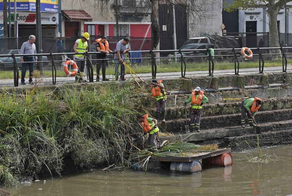 El Municipio realiza tareas de limpieza y desmalezamiento en el Canal de San Fernando