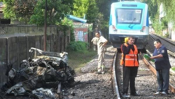 Cruzó con la barrera baja y lo arrolló un tren: murió