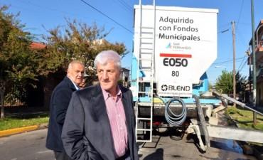 El Camión Hormigonero Municipal arreglará todos los cordones del distrito