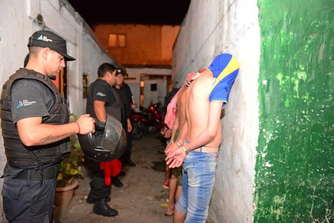 San Fernando: tras allanamientos, hubo dos detenidos por robo a supermercado, con secuestro de armas y moto
