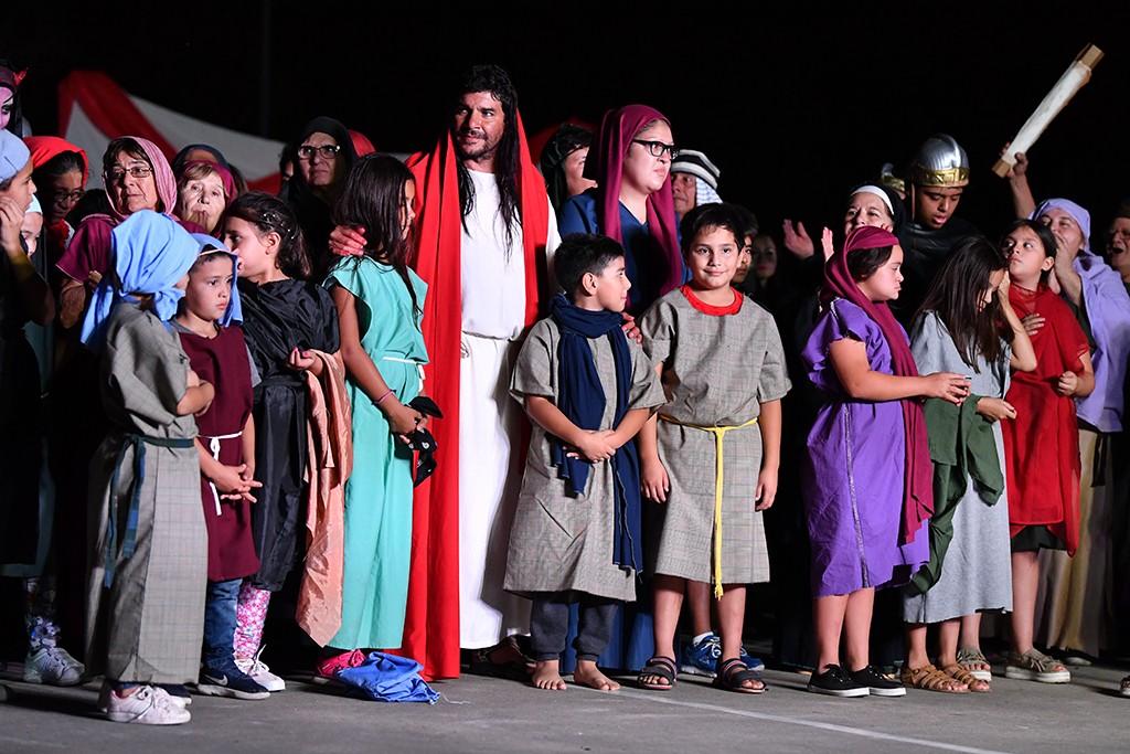 En Viernes Santo, se representó el Vía Crucis en la plaza Carlos Gardel de Virreyes