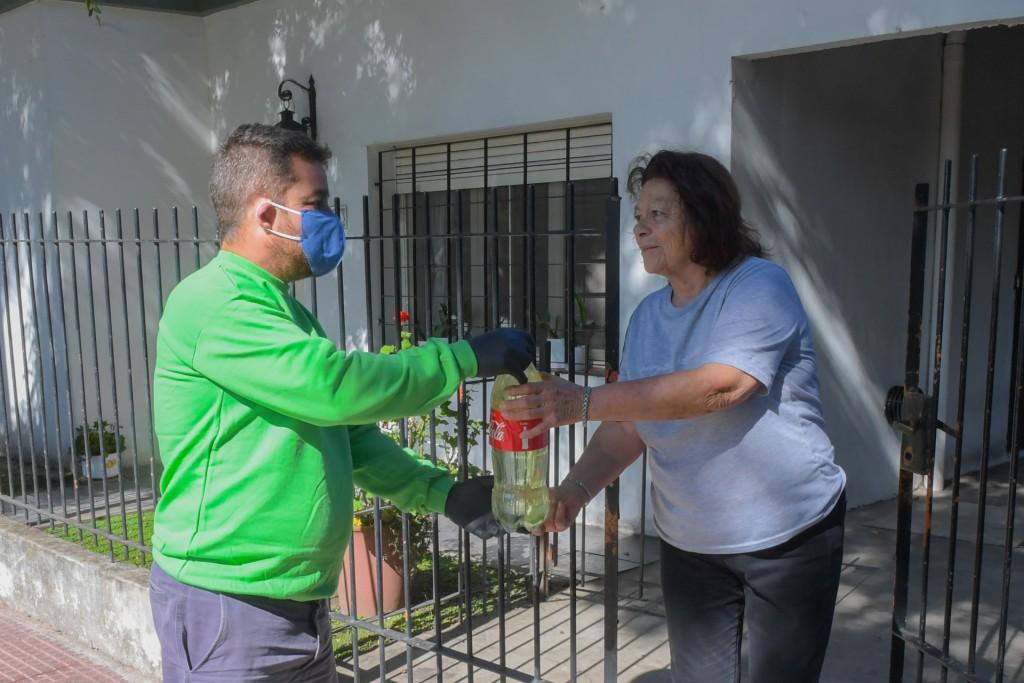 Con botellas del 'Sanfer Recicla', el Municipio entrega lavandina en todos los barrios