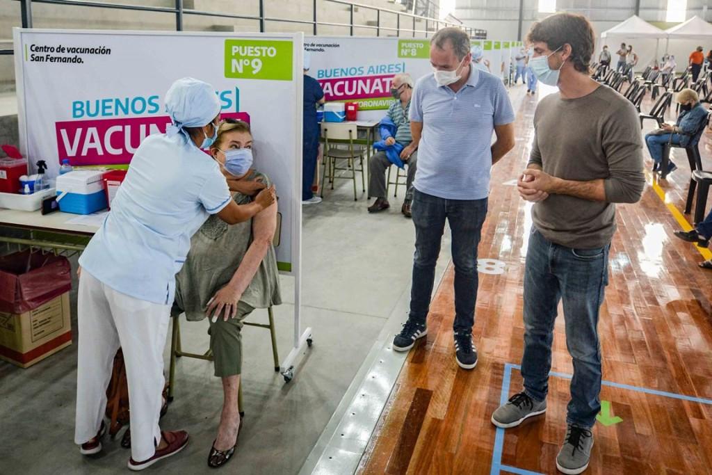 En Pascua, Juan Andreotti acompañó el comienzo de la vacunación en el nuevo Micro estadio
