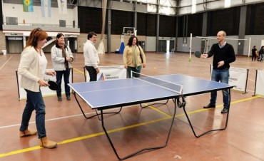 El Municipio donó una mesa de ping pong a la Escuela Técnica N°1 de Islas