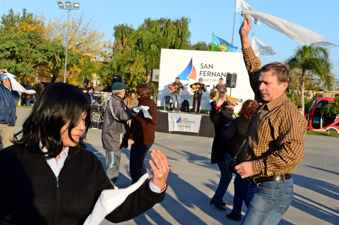 Cientos de vecinos disfrutaron la Peña Folklórica en la plaza Carlos Gardel de San Fernando