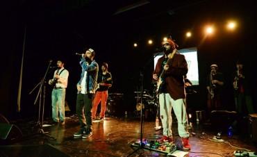"""El grupo musical """"Caña de Azúcar"""" trajo su ritmo al Teatro Martinelli"""