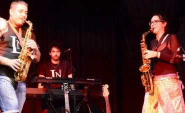 La música de 'Caña de Azúcar' hizo vibrar al Teatro Martinelli
