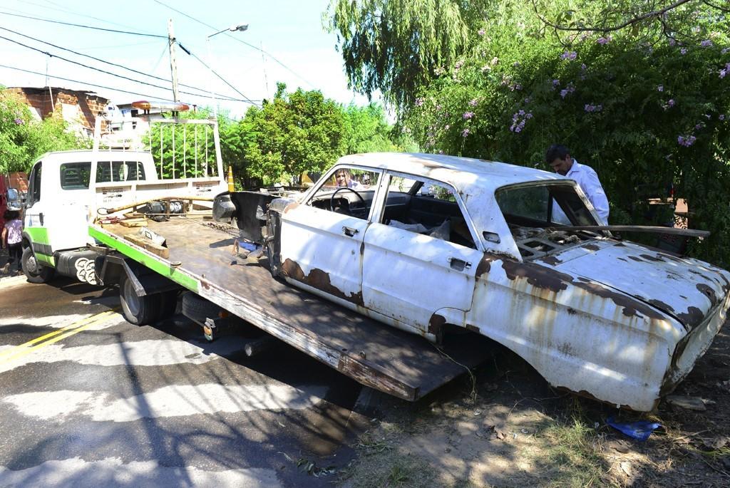 San Fernando remueve autos abandonados en la vía pública