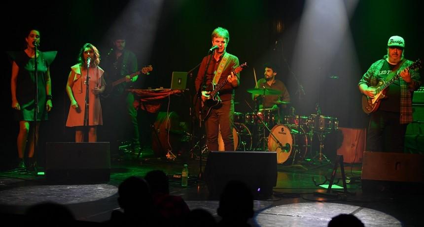 El músico Jorge Araujo y su banda se presentaron en el Teatro Martinelli