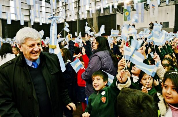 Más de 2 mil chicos festejaron el Día de la Bandera y le prometieron  lealtad al emblema nacional