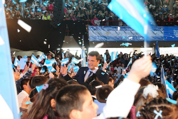 . Massa impidió que funcionario educativo le tomara juramento a la bandera a alumnos en Tigre