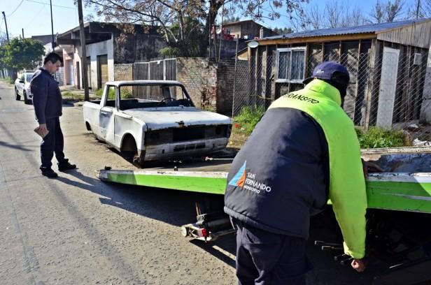 Levantamiento de autos abandonados: tarea de limpieza y prevención