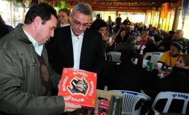 Julio Zamora entregó juegos de mesa para todos los polideportivos