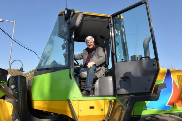 Luis Andreotti incorporó una nueva pala cargadora a la gran flota de vehículos municipales