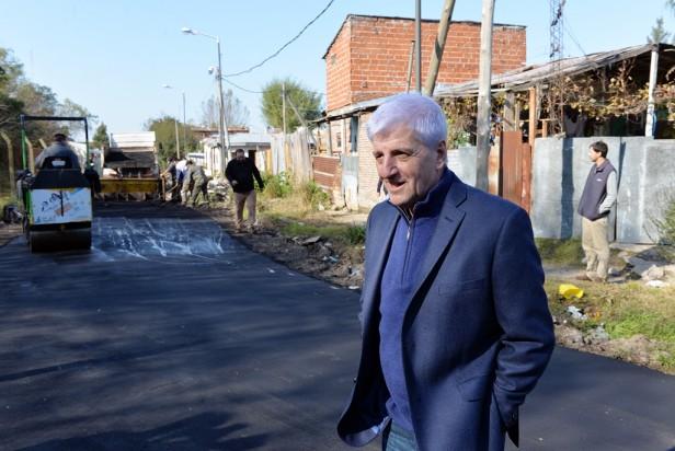 El Municipio trabaja en el asfalto de las calles del barrio Alvear