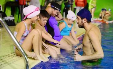 Cada vez más chicos especiales aprenden a nadar en San Fernando
