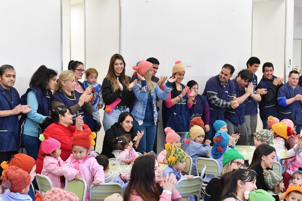 Los chicos del Taller Protegido entregaron gorros de lana a los niños de los Jardines Maternales