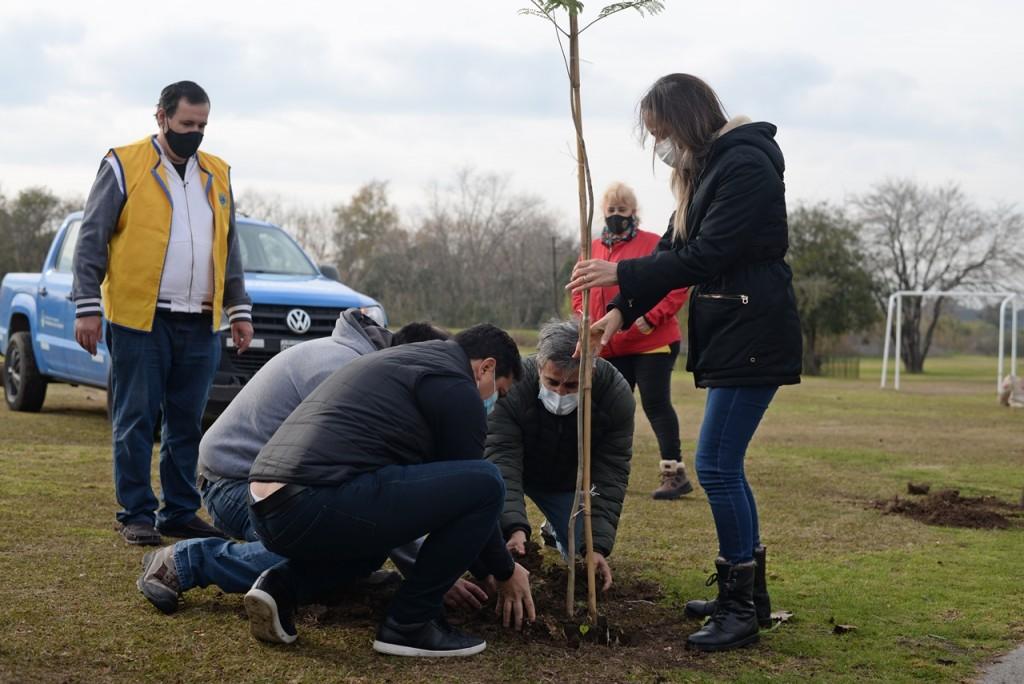 Plantaron 100 árboles en las inmediaciones de la estación López Camelo en homenaje a fallecidos por el Covid-19