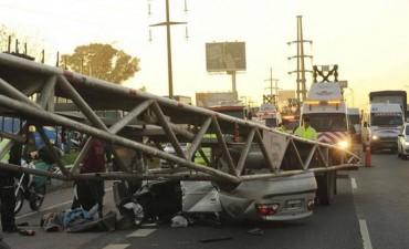 Un camión aplastó a un auto en plena Panamericana