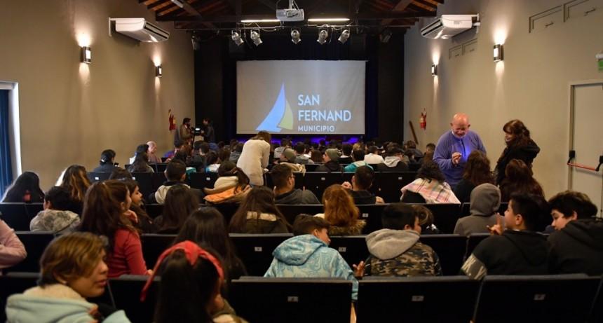 Escuelas de San Fernando disfrutaron una obra sobre el 9 de Julio en el Teatro Martinelli