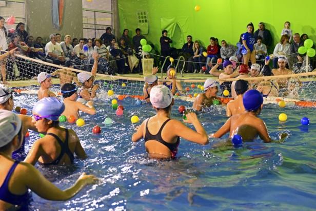 Divertido encuentro recreativo de natación en el 'Poli 6' de San Fernando