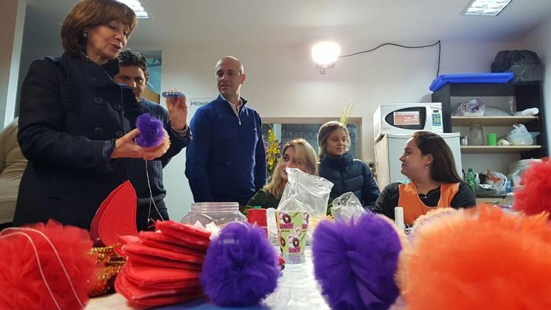 """Alicia Andreotti visitó los talleres municipales donde se realizan los trajes para los desfiles de """"Red de Murgas"""""""