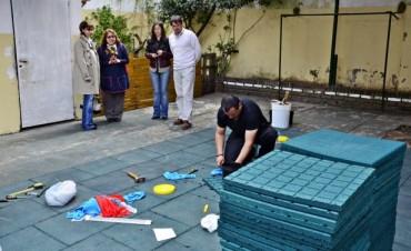 El Municipio terminó de colocar el nuevo piso de goma y entregó material deportivo a la Escuela Especial N° 503