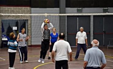 Abuelos de San Fernando y San Miguel disfrutaron de un encuentro deportivo de vóley adaptado