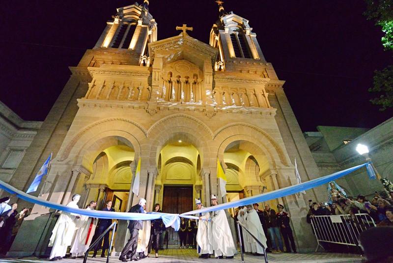 Andreotti inauguró la restauración de la Parroquia Aránzazu, con Patricia Sosa