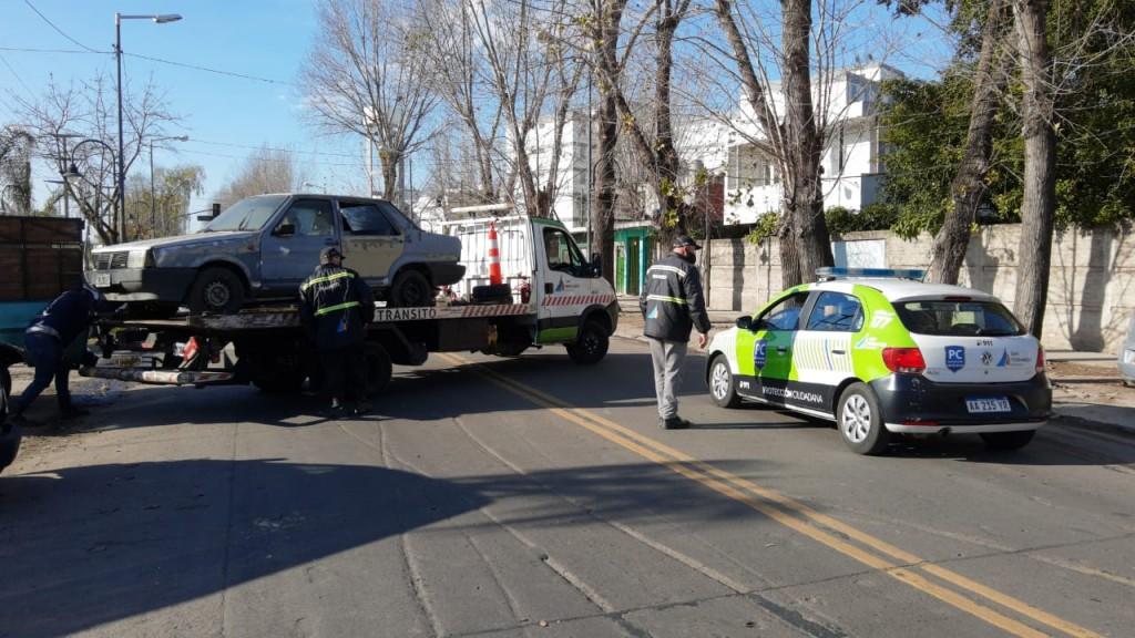 San Fernando remueve autos abandonados en la vía pública y refuerza tareas de higiene urbana