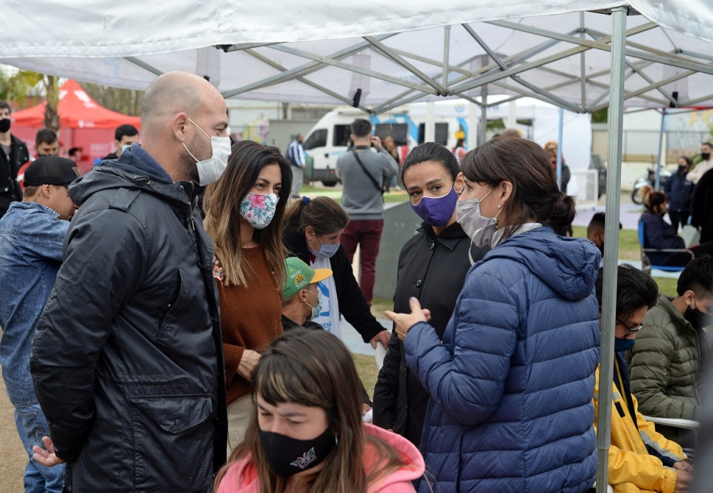 Buenos Aires Vacúnate, AySA, ANSES y PAMI juntos en un operativo de cercanía en el barrio Las Tunas