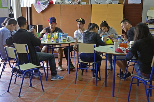 El 'Programa Sumate': del apoyo escolar e inserción laboral, al fútbol, pizzas y maquillaje
