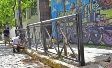 El Municipio continúa instalando vallas de contención en la puerta de Escuelas y Jardines de Infantes