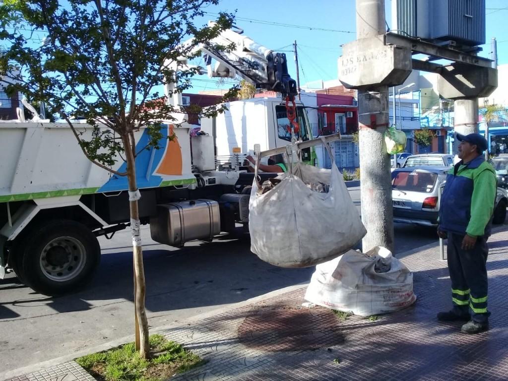 San Fernando limpia sus calles retirando bolsones con restos de materiales de obra