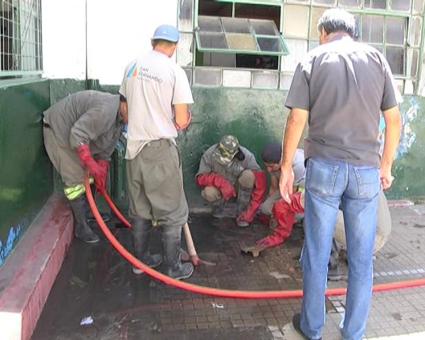 El Municipio limpia y mejora los desagües de la Escuela N°1 que depende de la provincia